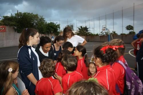 Jugadoras Tenerife Isla Única - firmando