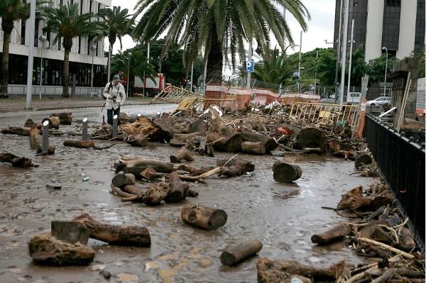 Las lluvias torrenciales, que dejaron hasta 200 litros por metro cuadrado en dos horas en algunos puntos de Tenerife y han causado numerosos destrozos, mantienen en situación de alerta a todo el archipiélago canario.