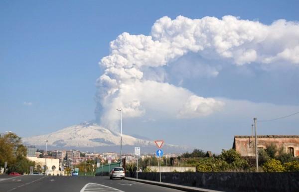 El Etna escupe una columna de ceniza volcánica.
