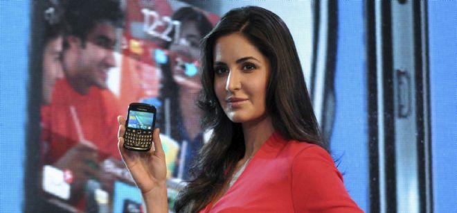 La actríz de Bollywood Katrina Kaif posa con el dispositivo BlackBerry Curve 9220.