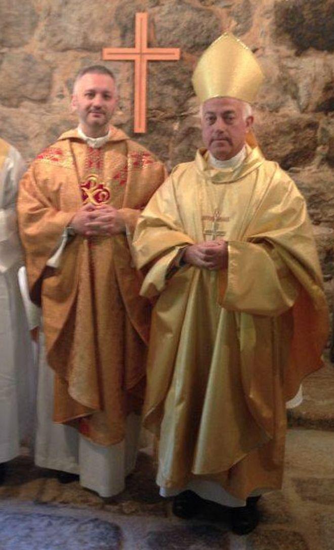 Arsenio de la Cruz Reymond (derecha) ataviado como Obispo de España de la Iglesia Antigua.