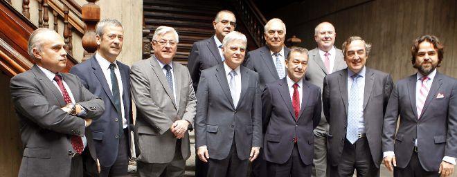 El presidente del Gobierno de Canarias, Paulino Rivero (3d), posa con las dos directivas de las patronales canarias.