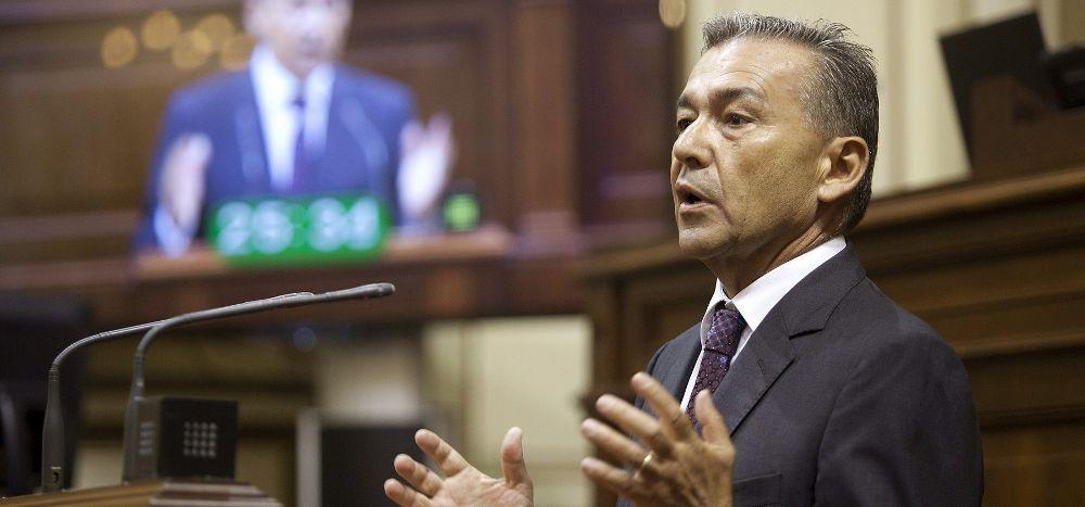 El presidente del Gobierno de Canarias, Paulino Rivero, interviene en el Pleno del Parlamento de Canarias, en el que se debate la Comunicación del Gobierno sobre las prospecciones petrolíferas.