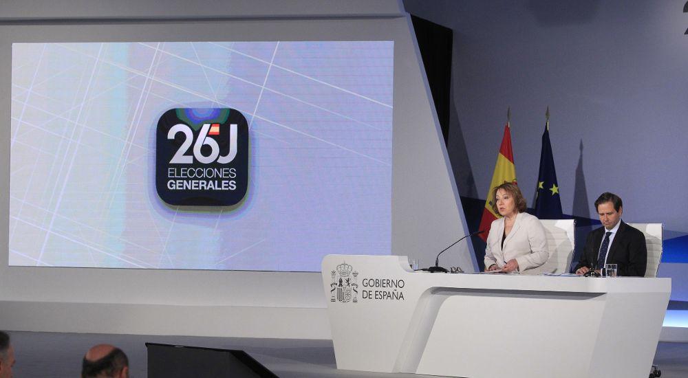 La secretaria de Estado de Comunicación y el subsecretario de Interio, en la primera comparecencia en el Centro de Datos, donde informaban de los resultados electorales.