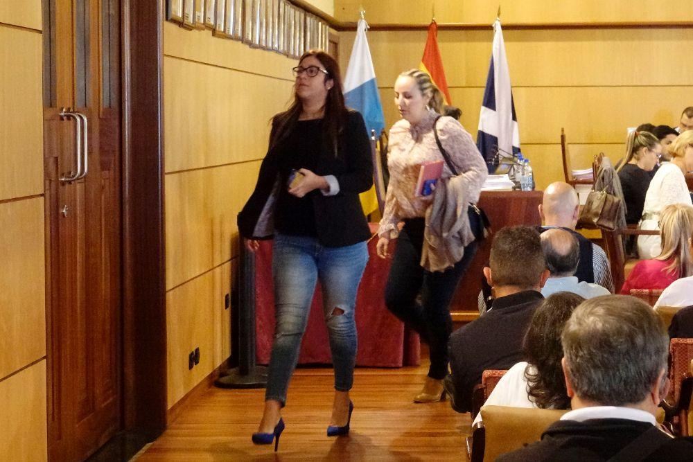 Los concejal de Coalición Canaria en el momento de abandonar la sala.M. EXPÓSITO