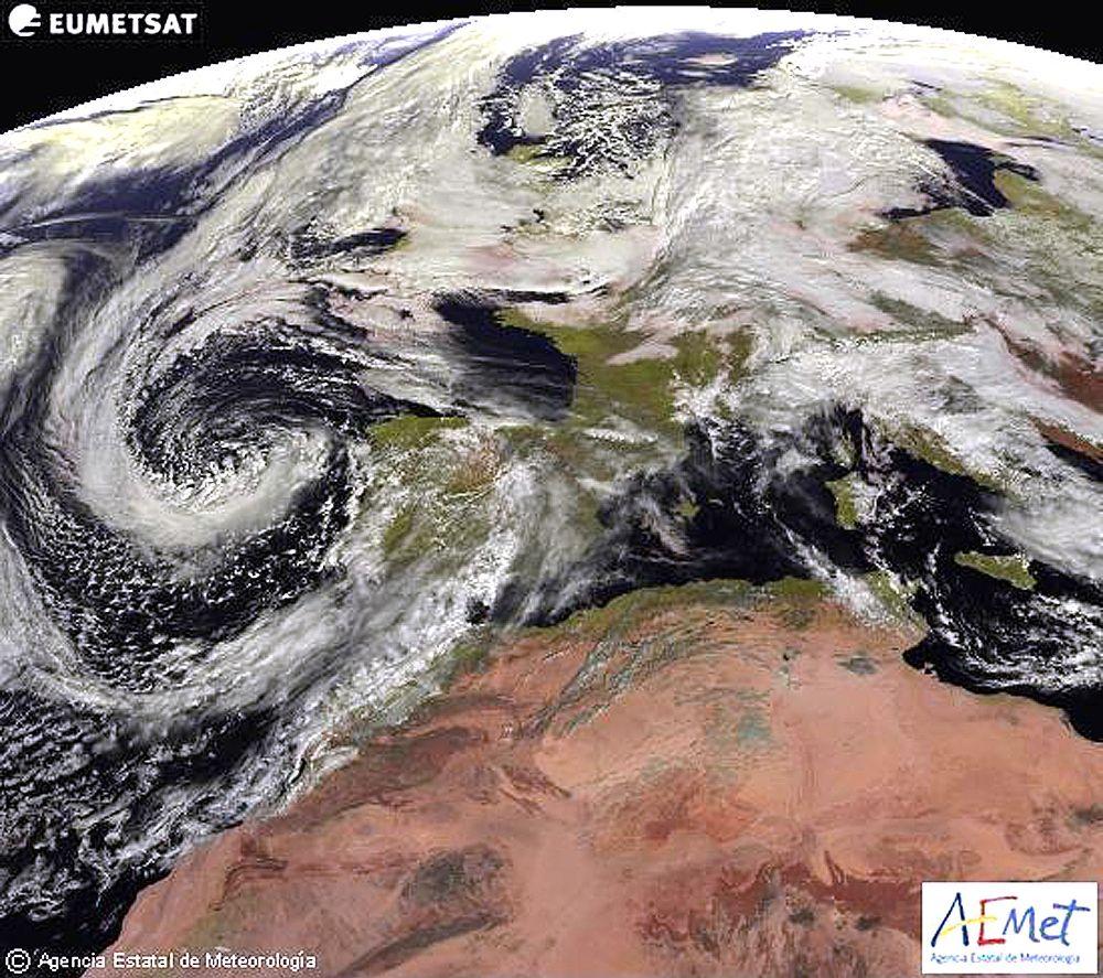 Imagen tomada por el satélite Meteosat para la Agencia Estatal de Meteorología que prevé para mañana, sábado, precipitaciones localmente fuertes o persistentes en Andalucía occidental y Canarias