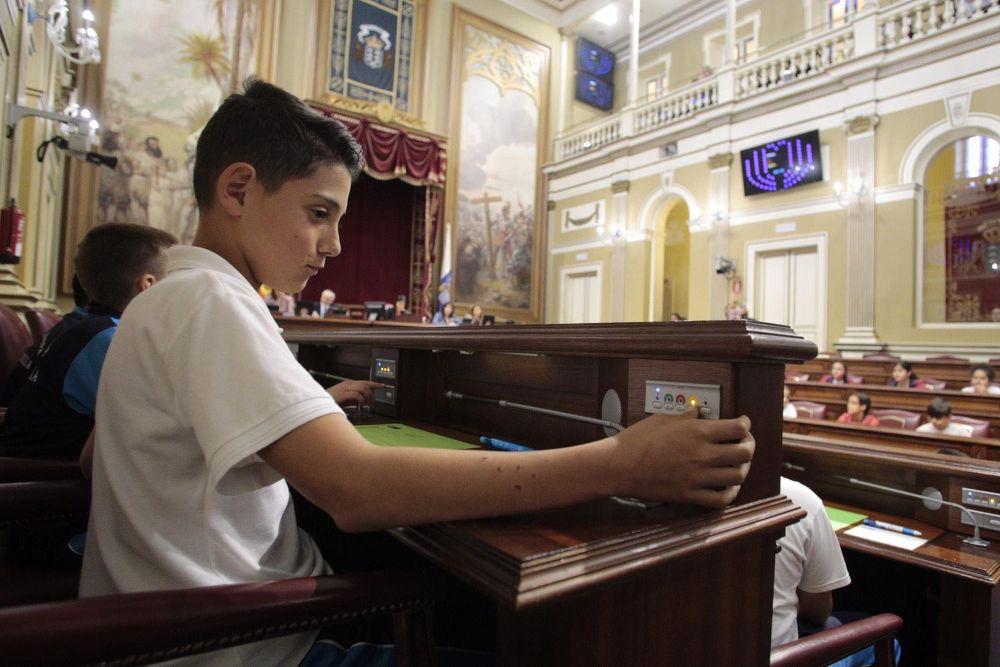 Los niños ocuparon ayer los escaños del Parlamento de Canarias.