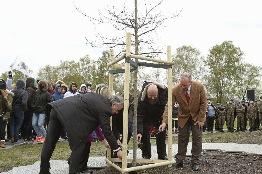 El lehendakari, Iñigo Urkullu (i), la presidenta de la Juntas Generales de Vizcaia, Ana Otadui Biteri (2-i), el presidente de la Asociación Pro Tradición y Cultura Europea (APTCE), Enrique Villamor (d), y el portavoz del museo memorial de Auschwitz, Bartosz Bartyzel (2-d), asisten a la ceremonia de plantación de un retoño del Árbol de Gernika en el Parque de concentración de Zasole en Oswiecim, Polonia, 20 de abril de 2017.