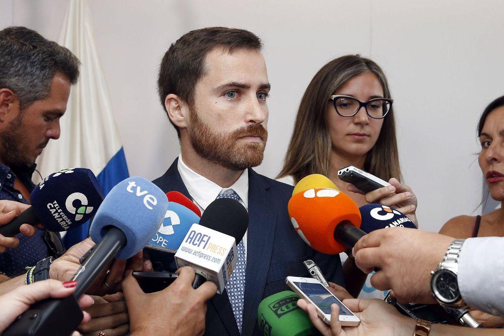 El nuevo consejero de Turismo, Cultura y Deportes del Gobierno de Canarias, Isaac Castellano, atiende a los medios de comunicación tras tomar posesión de su cargo.