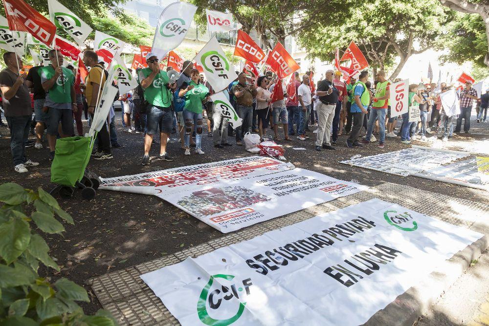 La Federación de Trabajadores de la Seguridad Privada se manifestó hoy frente a la sede de Presidencia del Gobierno en Santa Cruz de Tenerife, contra la precarización del sector.