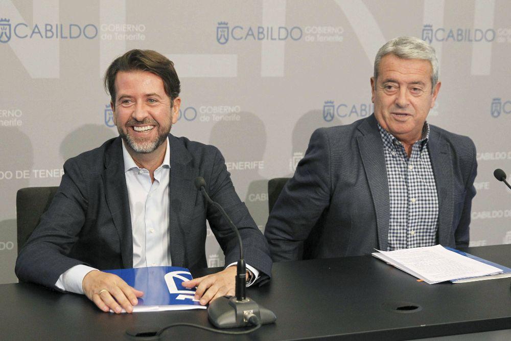 El presidente del Cabildo de Tenerife, Carlos Alonso (i), y el vicepresidente primero y consejero insular de Cooperación Municipal, Vivienda y Aguas, Aurelio Abreu, presentaron hoy las actuaciones.