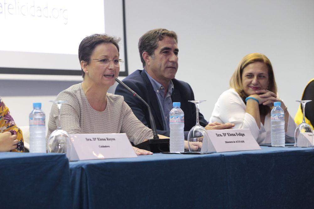 La directora de Acufade, Elena Felipe, inauguró ayer el encuentro con el viceconsejero Francisco Candil y la directora de Dependencia.