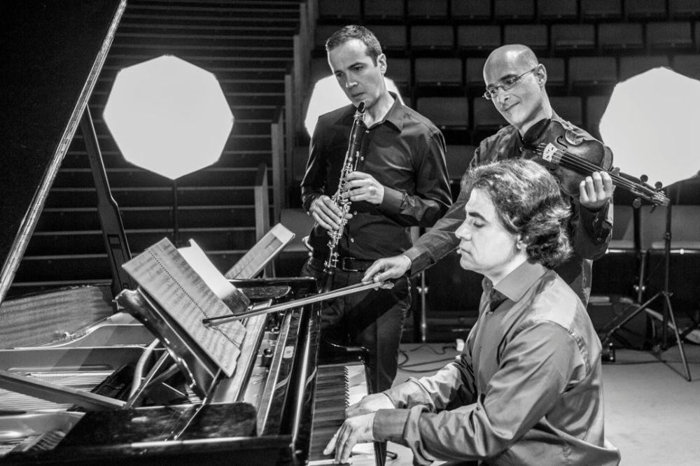 Cristo Barrios (clrinete), David Ballesteros (violín) y Gustavo Díaz Jerez (piano) dieron forma en 2013 a este proyecto musical.