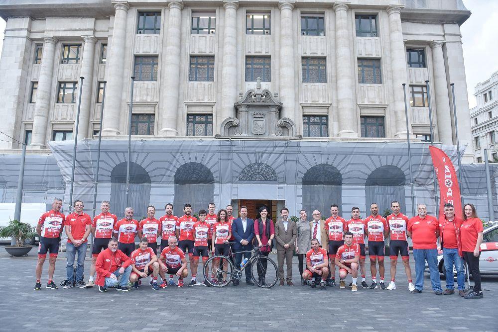 El Club Ciclista Pelotón Bike Point posa a las puertas del Cabildo tinerfeño con las autoridades de este.