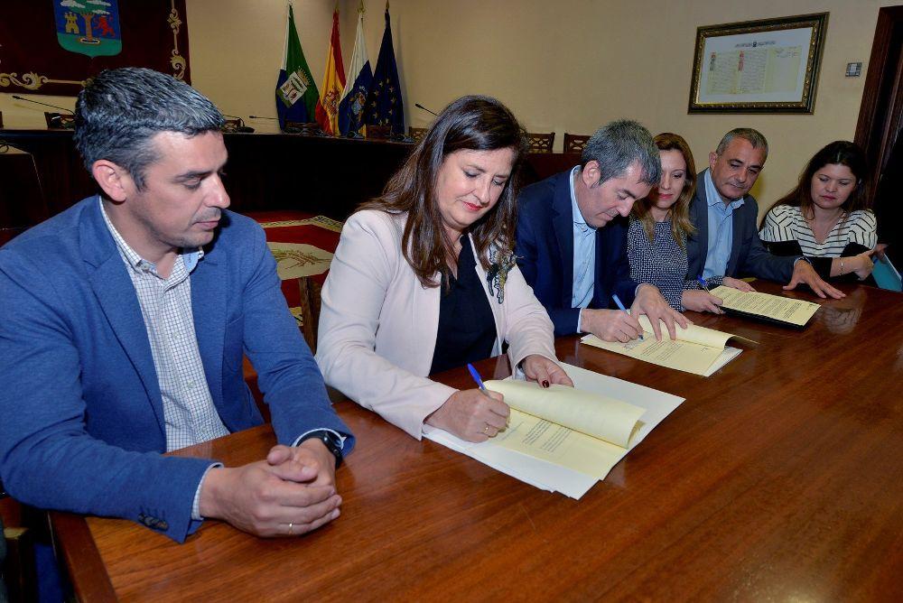 Fernando Clavijo (3i) y la presidenta del Cabildo de El Hierro, Isabel Allende, firman la orden por la que se autoriza el libramiento a favor de la corporación insular de los fondos del Fdcan correspondientes a de 2018.
