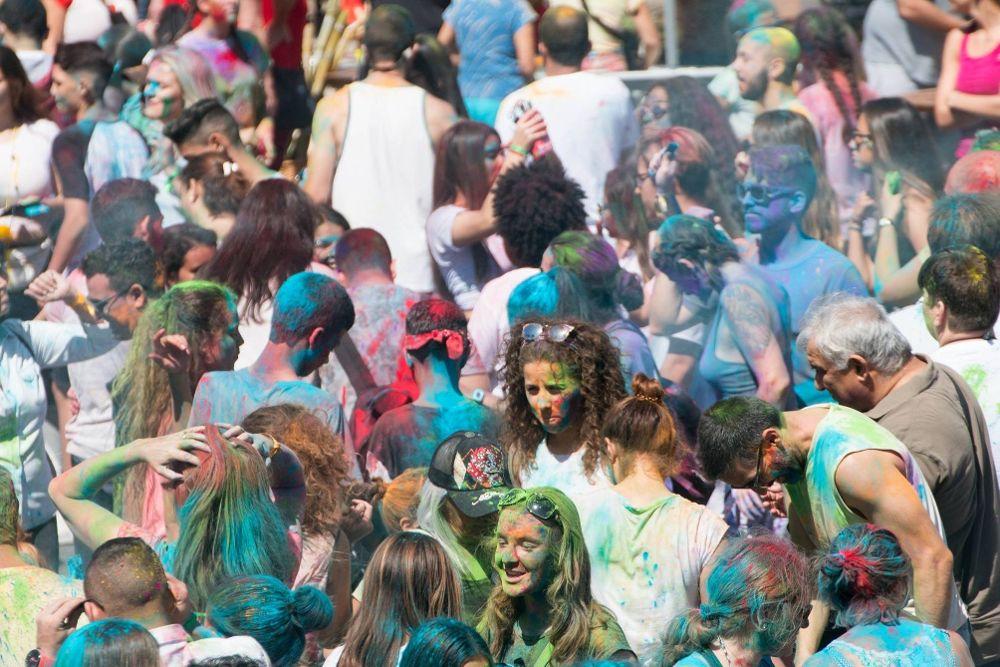 Fiesta Holi, en la Caleta de Adeje, una celebración introducida por la comunidad hindú en Tenerife.