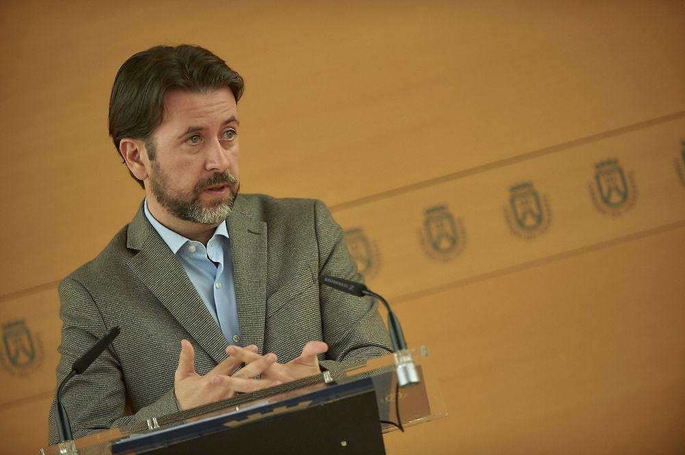 Alonso dice que PP y PSOE no firman el convenio de carreteras para fastidiar a CC