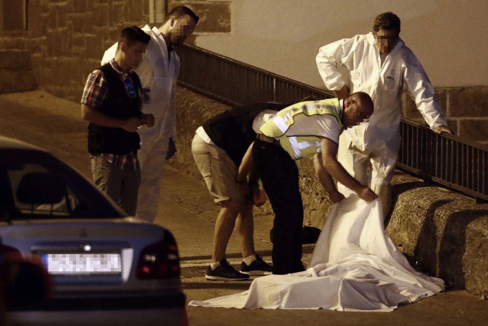 Efectivos policiales junto al cuerpo de una de las tres personas que han resultado muertas en un tiroteo ocurrido esta tarde en la localidad navarra de Cáseda.