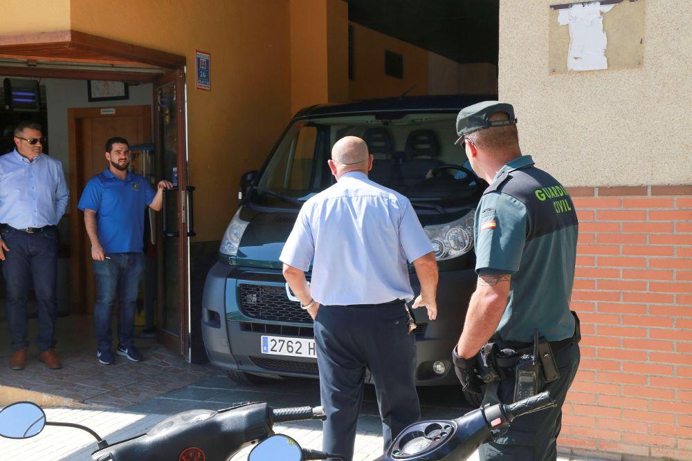 La Guardia Civil y el vehículo funerario en la entrada al domicilio en Maracena (Granada) de la mujer de 39 años que ha muerto hoy en esta localidad apuñalada presuntamente por su expareja.