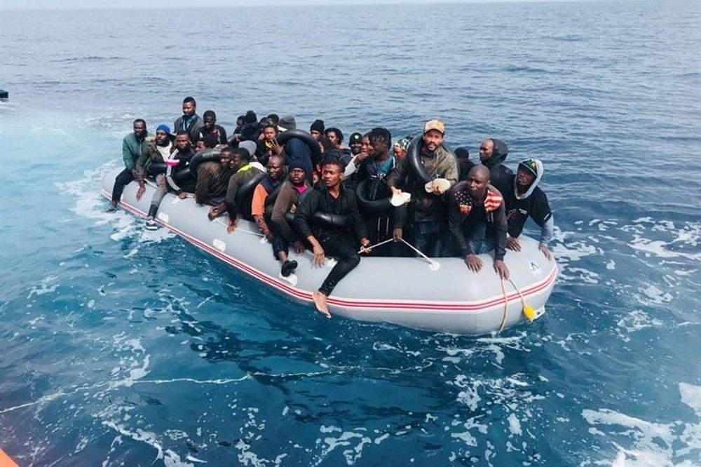 Una patera con inmigrantes africanos.