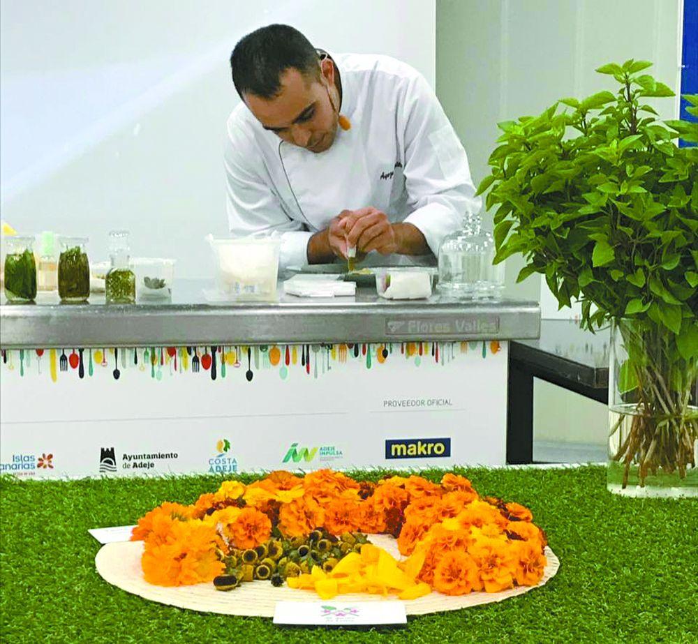 El chef Ayoze Quintero afanado en las tareas de emplatado.