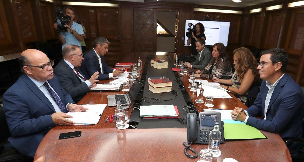 El vicepresidente del Gobierno de Canarias, Pablo Rodríguez (d), y el consejero de Presidencia, José Miguel Barragán (i), durante la reunión del consejo de gobierno.