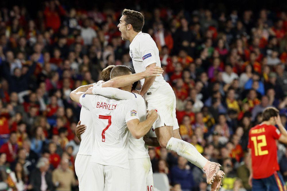 El delantero de Inglaterra Raheem Sterling (d) celebra su segundo gol, tercero del equipo.