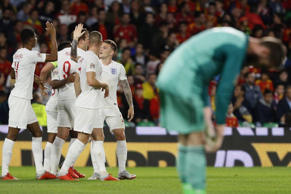 Los jugadores de Inglaterra celebran su segundo gol de su equipo ante España mientras el portero español, David de Gea, se lamenta.