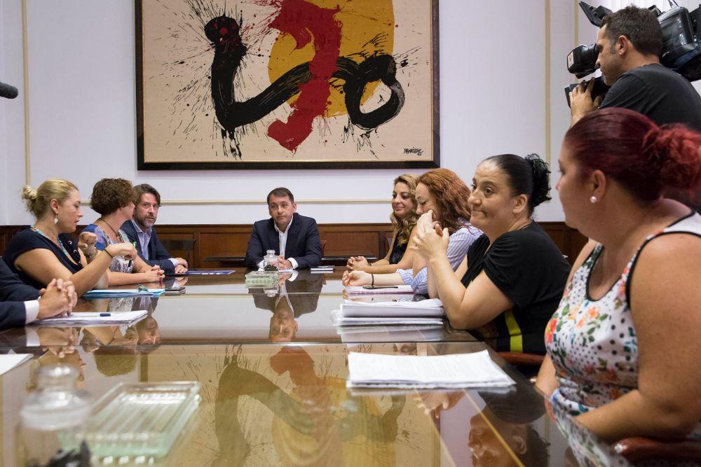 Reunión con representantes de las familias de Añaza con la presencia del alcalde de Santa Cruz (c) y el presidente del Cabildo (fondo iz.).