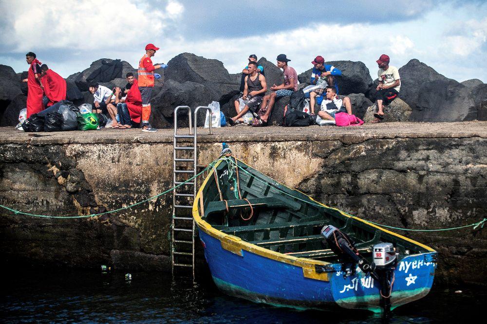 Llegada a Lanzarote de 30 inmigrantes irregulares de origen magrebí --18 de ellos, incluida una única mujer, decían ser menores de edad-- rescatados el pasado jueves.
