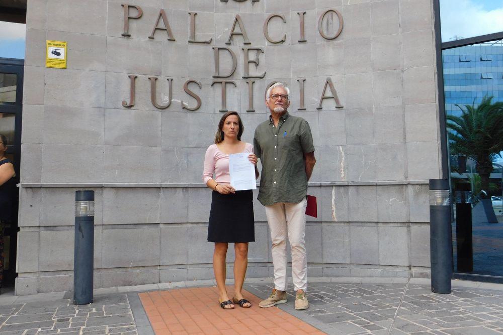 Representantes de Uspes El Sauzal muestran la copia de la denuncia interpuesta hoy.