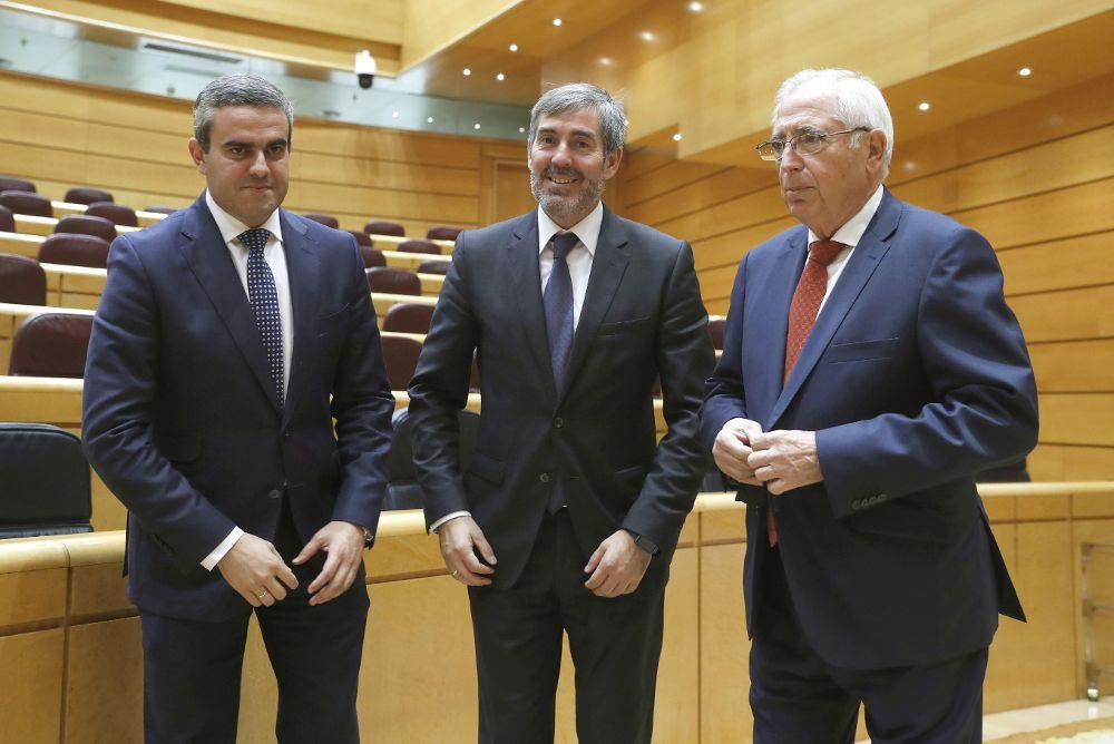El presidente de Canarias, Fernando Clavijo (c), durante la Comisión General de las Comunidades Autónomas en el Senado, donde se debate la propuesta del Estatuto de Autonomía del archipiélago.