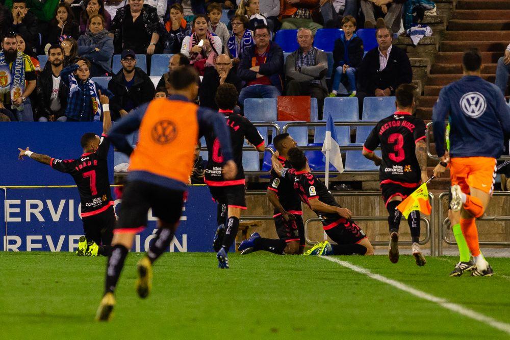 Los jugadores del Tenerife celebran el gol de Bryan Acosta.