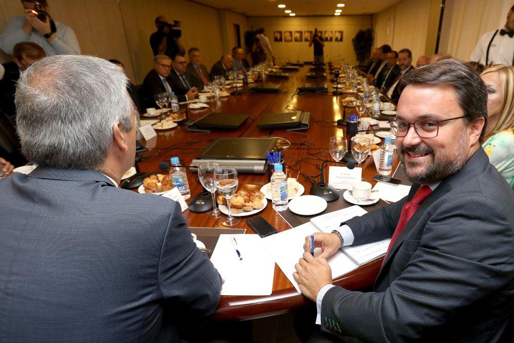 El presidente del Partido Popular, Asier Antona (d), durante una reunión con los empresarios de la provincia de Las Palmas.