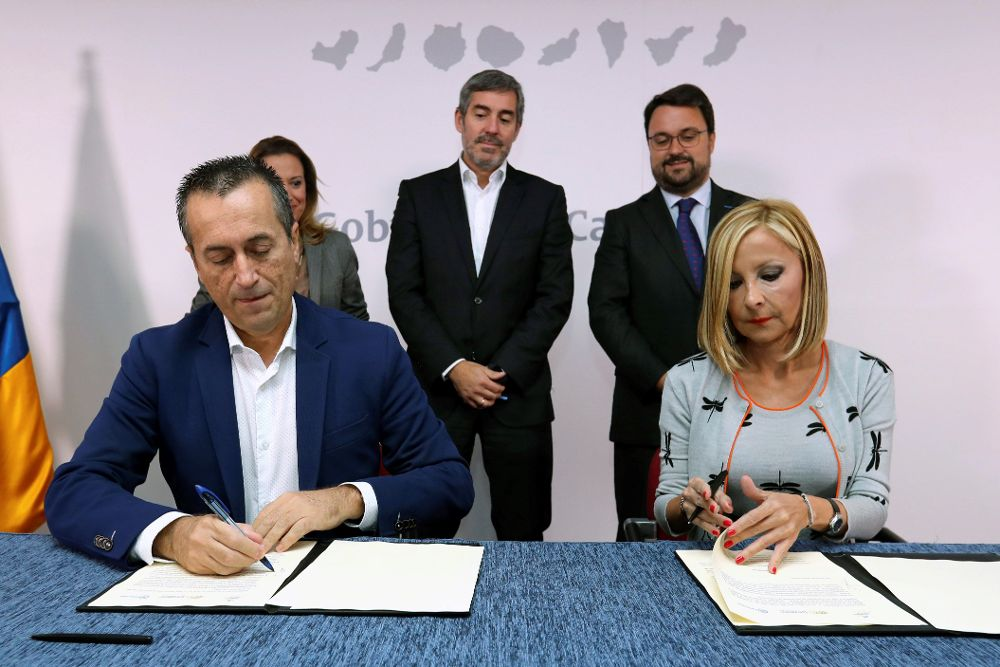 Los portavoces en el Parlamento de Canarias de CC, José Miguel Ruano, y del PP, Australia Navarro, firmaron hoy el acuerdo.