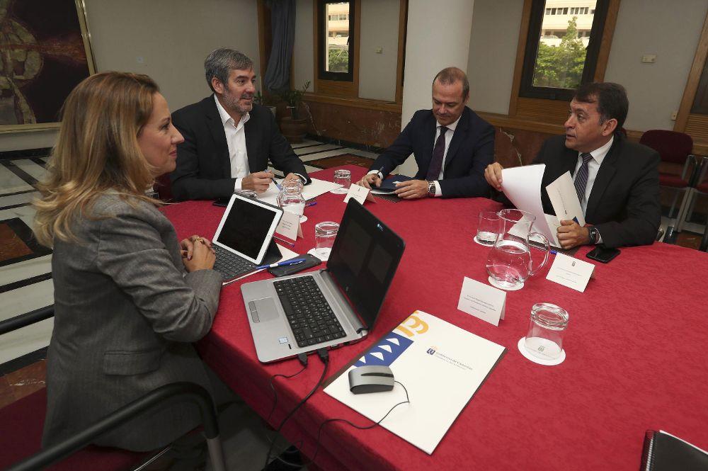 Fernando Clavijo (2i) y la consejera de Hacienda. Rosa Dávila, hoy con los alcaldes de Las Palmas de Gran Canaria, Augusto Hidalgo (2d), y Santa Cruz de Tenerife, José Manuel Bermúdez (d), en el Consejo de la Capitalidad.