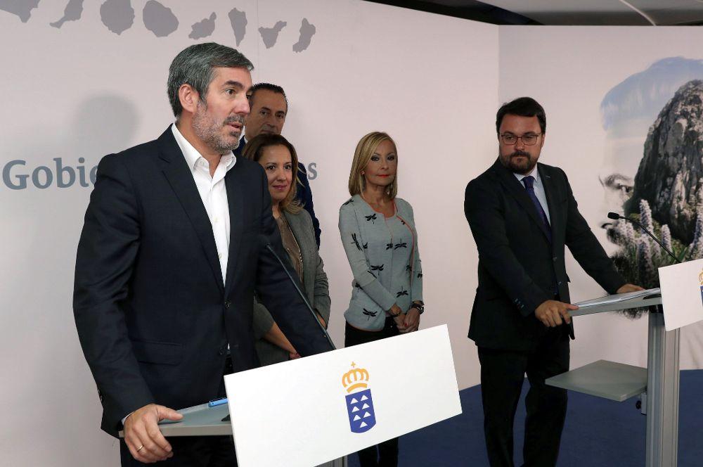 El presidente del Gobierno, Fernando Clavijo (i), y el presidente del PP de Canarias, Asier Antona (d), durante su intervención en la firma del acuerdo entre Coalición Canaria y el Partido Popular.
