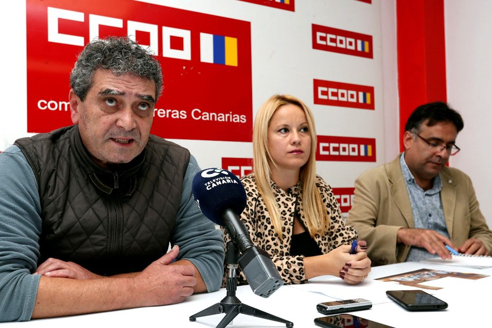 El secretario general de CCOO en Canarias, Ignacio González (i), y la secretaria de Acción Social, Esther Martín, durante la rueda de prensa.