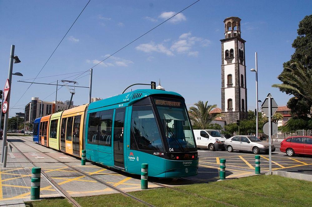 El tranvía de Tenerife a su paso por la estación Fundación.