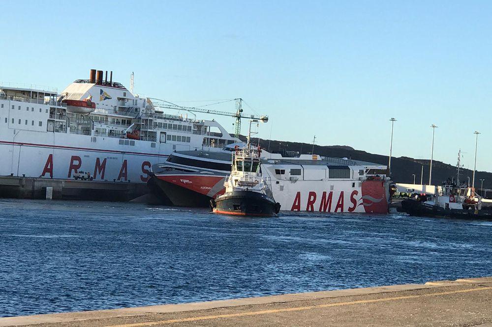 Salvan a tres personas del mar tras impactar un ferry y una pontona
