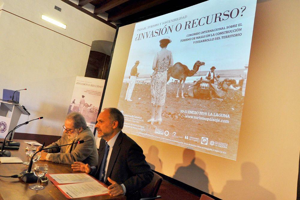 Villar, en primer término, ayer, junto al economista José Luis Rivero.