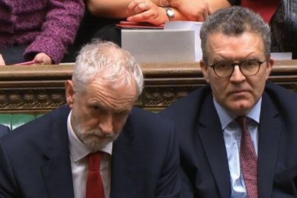 Jeremy Corbyn (i) tras la votación sobre la moción de censura.