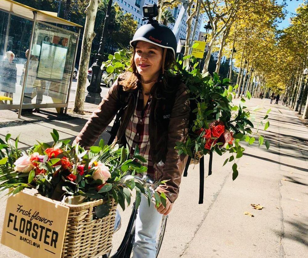 Envía flores en bicicleta y mira el vídeo de la entrega
