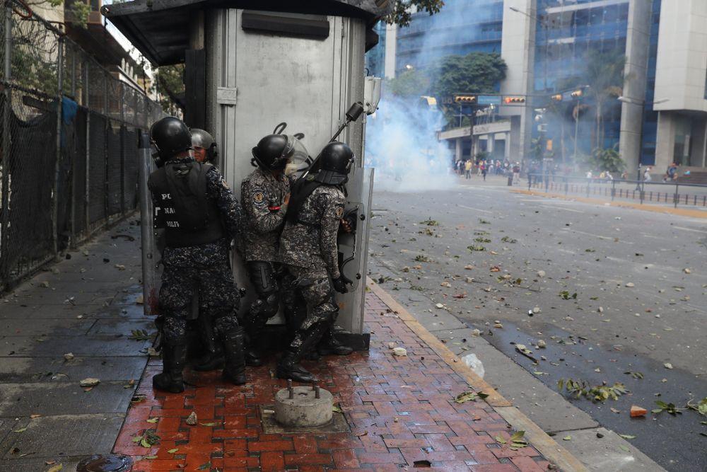 La Policía Nacional Bolivariana se enfrenta a manifestantes durante una protesta contra el presidente de Venezuela, Nicolás Maduro, este miércoles en Caracas.