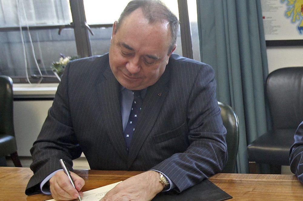 Salmond se enfrenta a catorce delitos sexuales, dos por intento de violación