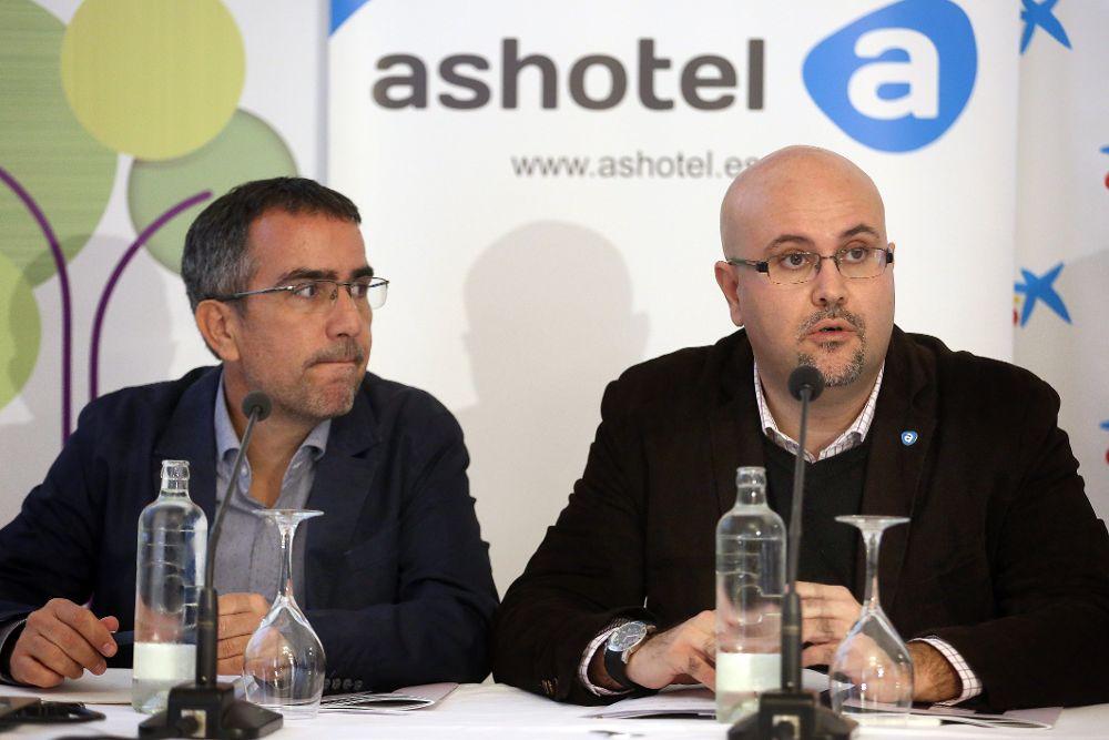 El director de la cátedra de Turismo de la ULL; Raúl Hernández, y el gerente de Ashotel, Juan Pablo González, presentaron este lunes el estudio.