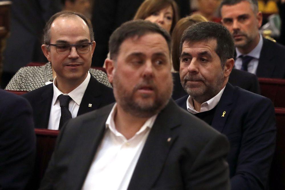 Los exconsellers lucen la enseña del Govern y Jordi Sànchez el lazo amarillo