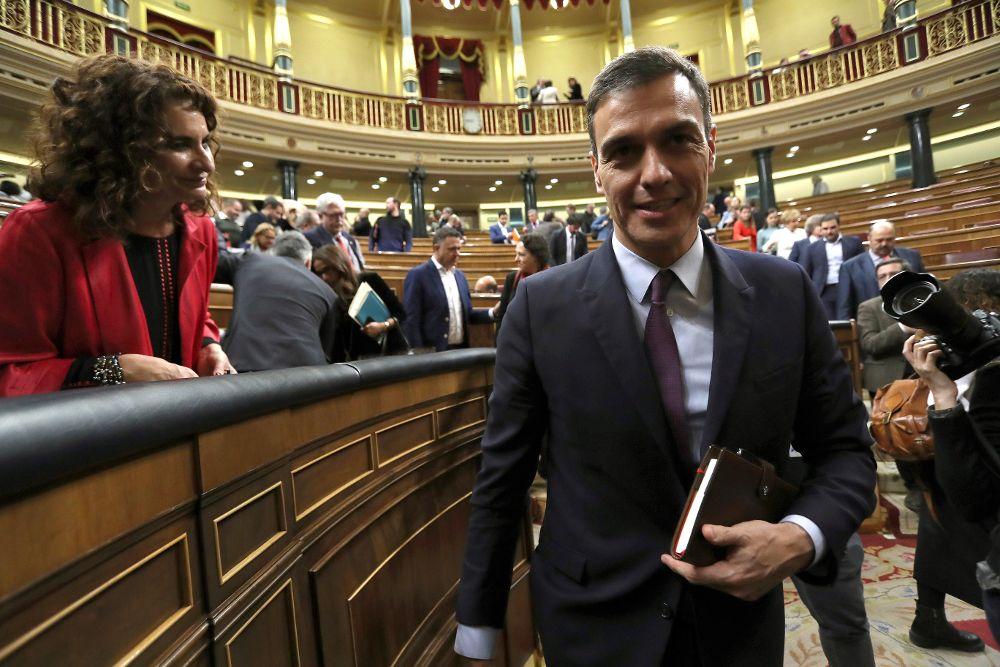 Pedro Sánchez (d) junto a la ministra de Hacienda, María Jesús Montero al finalizar la primera jornada del debate de totalidad de los presupuestos.