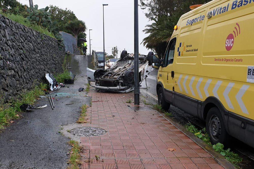En estado grave un joven tras el vuelco de su vehículo en Tacoronte