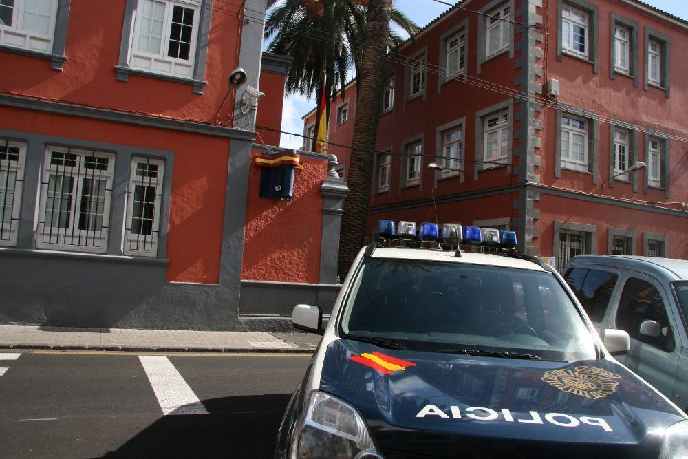 Dos detenidos por violar a una joven en un portal de La Laguna